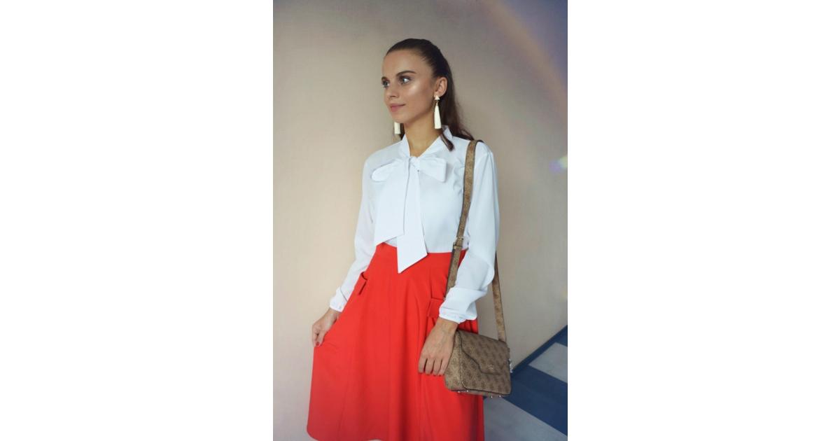 biała bluza i granatowy spodnica