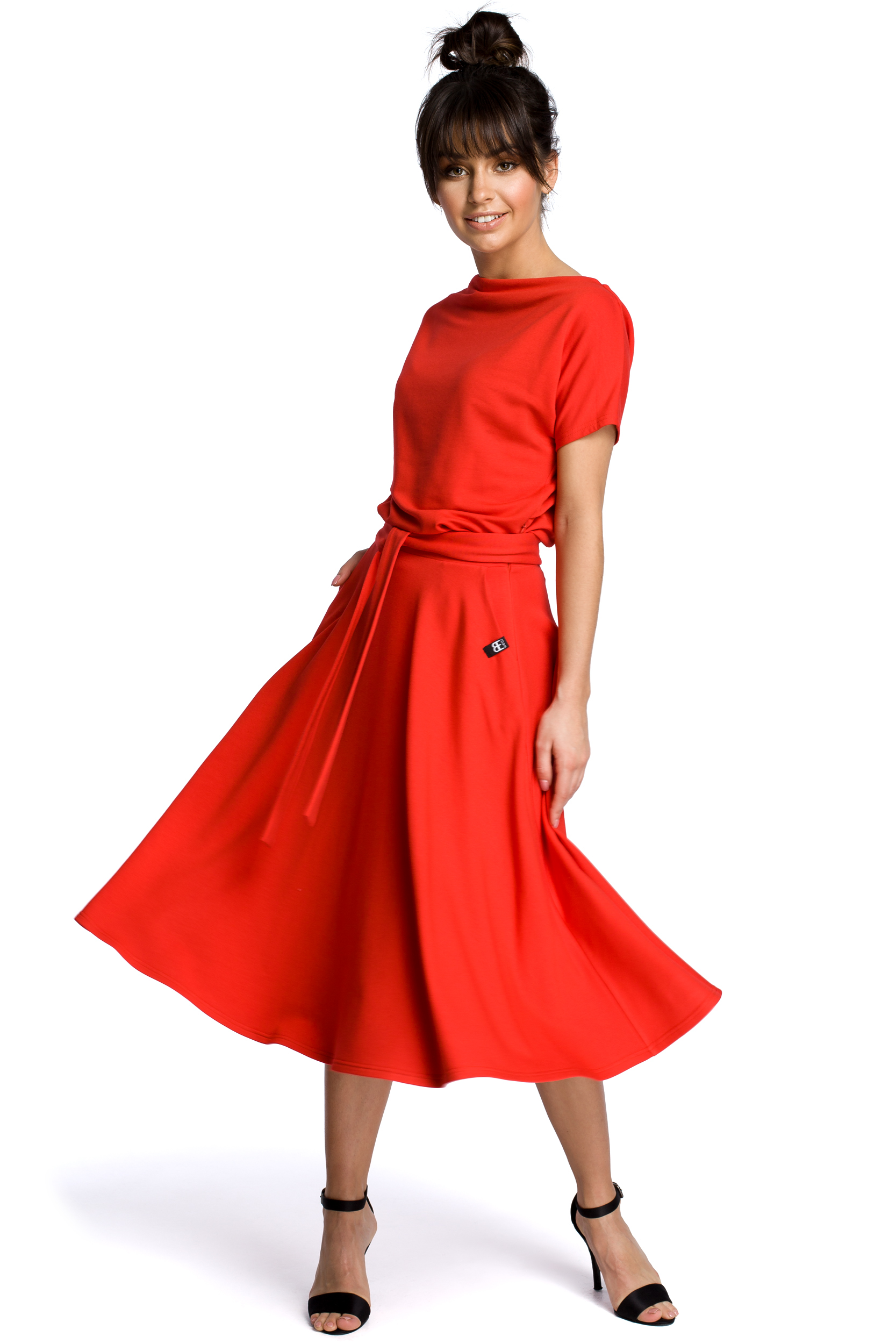 Sukienka midi z dekoltem łódka i rozkloszowanym dołem czerwona B067